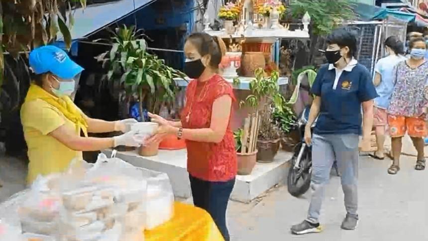 มูลนิธิอาสาเพื่อนพึ่ง (ภาฯ) ยามยาก สภากาชาดไทย มอบอาหารสู้โควิดแก่ ปชช.ในเขตเขตปทุมวัน