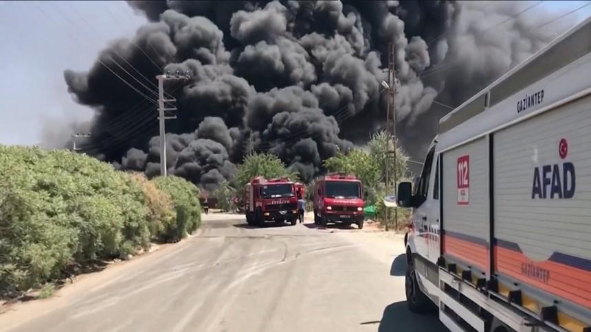 ไฟไหม้คลังสินค้าในตุรกี ก่อนเกิดระเบิด วอดวายหนัก
