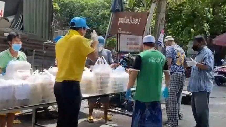 มูลนิธิอาสาเพื่อนพึ่ง (ภาฯ) ยามยาก สภากาชาดไทย มอบอาหารสู้โควิดแก่ปชช. ในเขตปทุมวัน