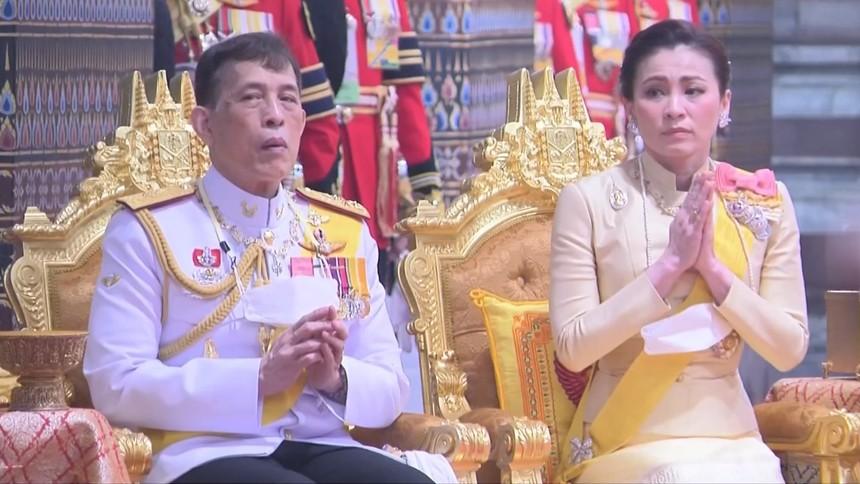 ในหลวง-ราชินี ทรงบำเพ็ญพระราชกุศลเนื่องในวันคล้ายวันสวรรคต ร.9
