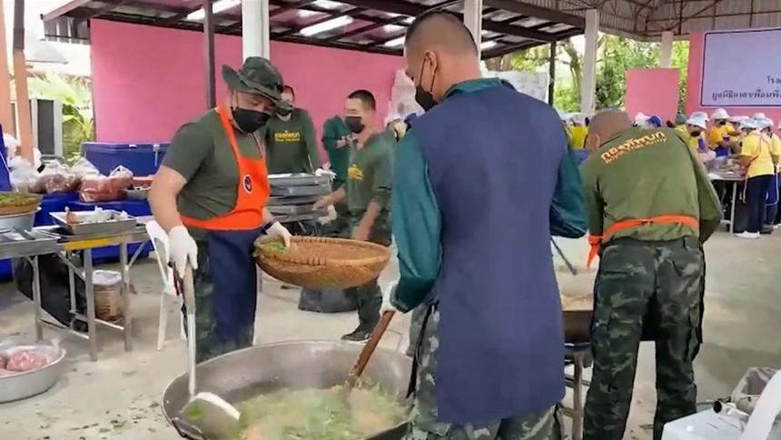 มูลนิธิอาสาเพื่อนพึ่ง (ภาฯ) ยามยาก จัดตั้งโรงครัวพระราชทานช่วยผู้ประสบอุทกภัย นครราชสีมา-สุพรรณบุรี-สิงห์บุรี