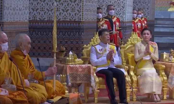 ในหลวง-พระราชินี ทรงบำเพ็ญพระราชกุศล เนื่องในวันคล้ายวันสวรรคต รัชกาลที่ ๙