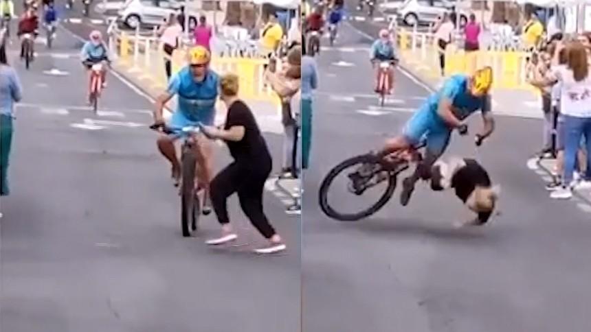 หญิงก้มดูมือถือ เดินตัดหน้านักแข่งจักรยาน จะเข้าเส้นชัย ปะทะอย่างจัง นักปั่นศีรษะกระแทกพื้น