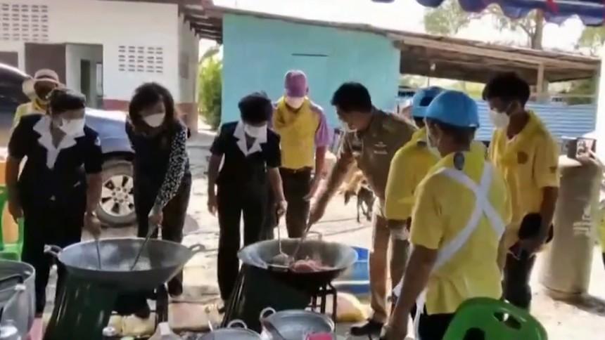 มูลนิธิอาสาเพื่อนพึ่ง (ภาฯ) ยามยาก จัดตั้งโรงครัวพระราชทาน ช่วยผู้ประสบอุทกภัยใน สุพรรณบุรี-นครราชสีมา