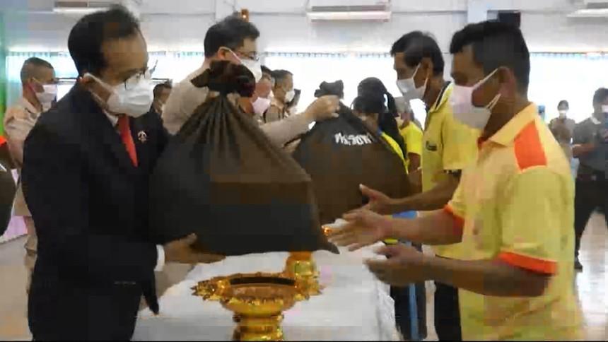กรมพระศรีสวางควัฒนฯพระราชทานสิ่งของ ช่วยเหลือผู้ประสบอุทกภัยใน จ.อุทัยธานี-สิงห์บุรี