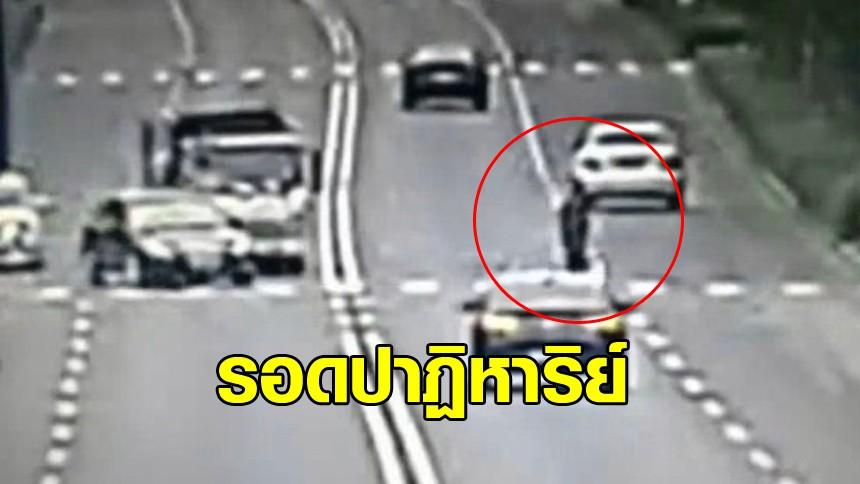หนุ่มจีนรอดปาฏิหาริย์ หลังรถขยะหักหลบคว่ำพุ่งเข้าชน
