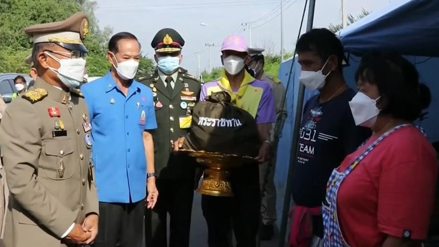 องคมนตรี เชิญถุงพระราชทานไปมอบแก่ผู้ประสบภัยน้ำท่วมสุพรรณบุรี-กาญจนบุรี