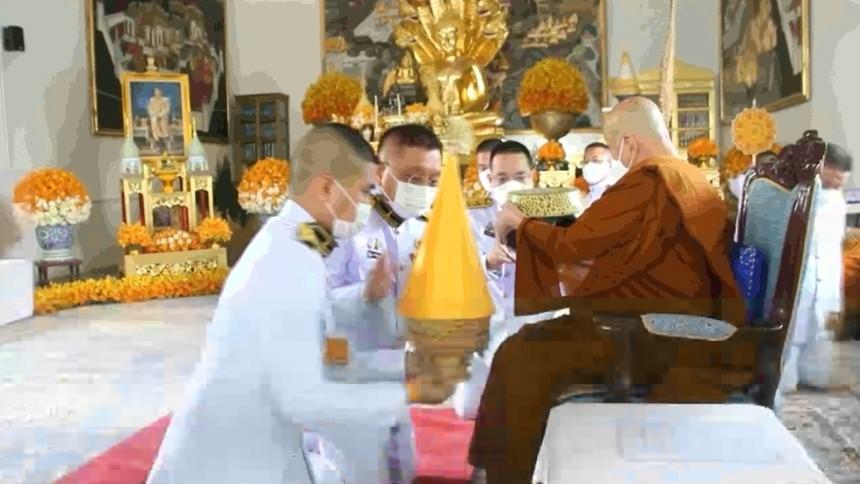 องคมนตรี เชิญหิรัญบัฏ สัญญาบัตร พัดยศ ผ้าไตร และเครื่องยศสมณศักดิ์ ถวายแด่พระราชาคณะ